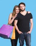 Pares felizes com sacos de compra Fotos de Stock Royalty Free
