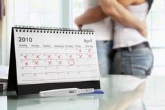 Pares felizes com teste de gravidez positivo Fotografia de Stock Royalty Free
