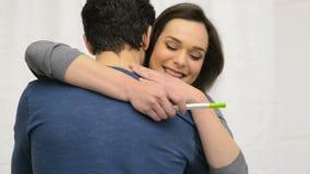 Pares felizes com um teste de gravidez video estoque