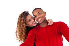 Pares felizes da raça misturada que tomam uma foto do selfie sobre um backg branco Fotos de Stock