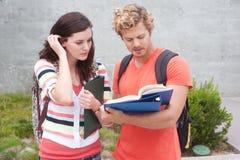 Pares felizes de estudantes universitários Imagem de Stock Royalty Free