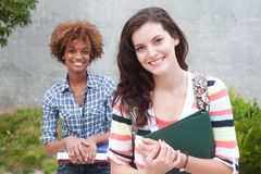 Pares felizes de estudantes universitários foto de stock royalty free