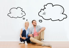 Pares felizes de homem e de mulher que movem-se para a casa nova fotos de stock royalty free