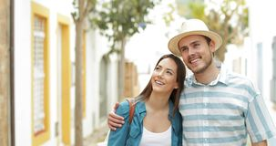 Pares felizes de turistas que andam que contemplam vistas video estoque