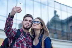 Pares felizes de turistas que tomam o selfie no showplace da cidade imagem de stock royalty free