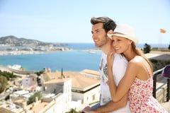 Pares felizes de turistas que viajam na ilha do ibiza fotos de stock royalty free