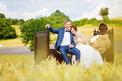Pares felizes do casamento no campo de trigo fotografia de stock royalty free
