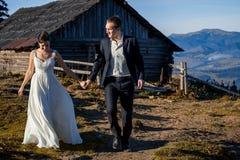 Pares felizes do casamento no countryard Lua de mel nas montanhas Fotografia de Stock Royalty Free