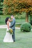 Pares felizes do casamento no parque Imagens de Stock