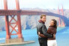 Pares felizes do curso da ponte de porta dourada Foto de Stock Royalty Free