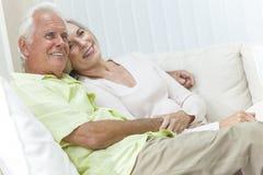 Pares felizes do homem superior & da mulher que sorriem em casa fotografia de stock royalty free