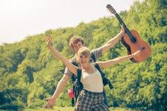 Pares felizes do turista com a guitarra exterior Imagens de Stock