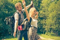 Pares felizes do turista com a guitarra exterior Imagem de Stock Royalty Free