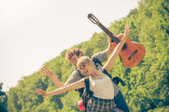 Pares felizes do turista com a guitarra exterior Imagens de Stock Royalty Free