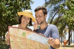 Pares felizes do turista com mapa Imagem de Stock Royalty Free