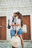 Pares felizes do turista na viagem do amor imagem de stock