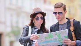 Pares felizes do turista que viajam em feriados no sorriso de Europa feliz Pares caucasianos video estoque