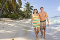 Pares felizes em férias foto de stock royalty free