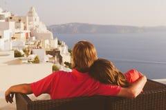 Pares felizes em férias em Santorini, Grécia Fotografia de Stock
