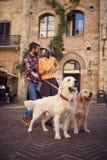 Pares felizes em feriados das férias do curso e apreciação com cães fotografia de stock royalty free