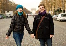 Pares felizes em Paris imagens de stock