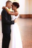 Pares felizes em seu dia do casamento fotos de stock royalty free