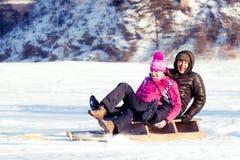 Pares felizes em um fundo do inverno Fotografia de Stock