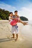 Pares felizes em uma praia bonita Imagem de Stock