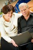 Pares felizes idosos em casa Imagem de Stock Royalty Free