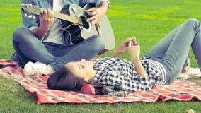 Pares felizes, jogo romântico da guitarra video estoque
