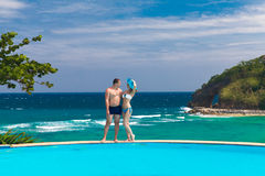 Pares felizes loving novos na praia tropical Férias de verão co Fotografia de Stock