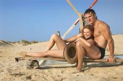 Pares felizes na areia Fotos de Stock Royalty Free