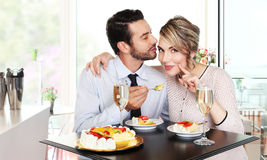 Pares felizes na barra com vinho espumante e bolo Imagens de Stock