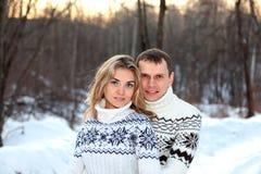 Pares felizes na floresta do inverno Foto de Stock Royalty Free