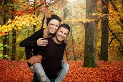 Pares felizes na floresta do outono Fotografia de Stock