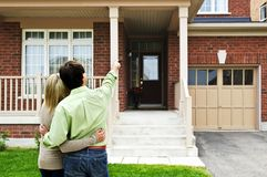 Pares felizes na frente da HOME Imagem de Stock Royalty Free