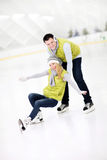 Pares felizes na pista de gelo Fotografia de Stock