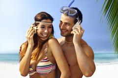 Pares felizes na praia Fotografia de Stock