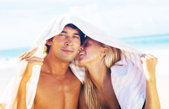 Pares felizes na praia Fotos de Stock