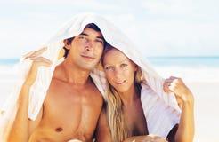 Pares felizes na praia Foto de Stock