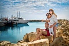 Pares felizes na praia perto do iate Imagens de Stock Royalty Free