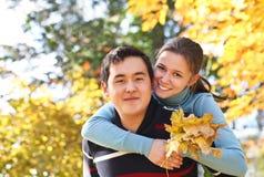 Pares felizes no amor fora imagens de stock royalty free
