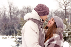 Pares felizes no amor no parque no inverno imagens de stock royalty free