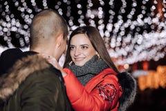Pares felizes no amor que abraça e que olha se fotografia de stock