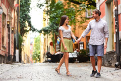Pares felizes no amor que anda na cidade de Éstocolmo foto de stock