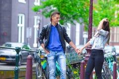 Pares felizes no amor que anda na cidade europeia Fotografia de Stock