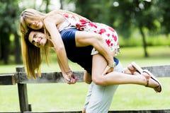 Pares felizes no amor que tem o divertimento fora Imagem de Stock