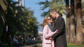 Pares felizes no amor que tem o divertimento Mulher bonita bonito com um homem considerável em um beijo do revestimento Contra o  vídeos de arquivo
