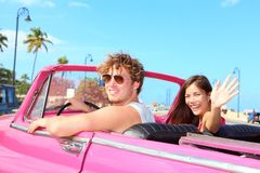Pares felizes no carro retro do vintage foto de stock