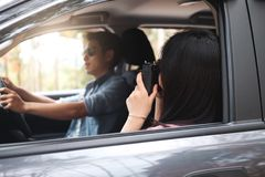Pares felizes no curso da viagem por estrada das férias de verão Imagens de Stock Royalty Free